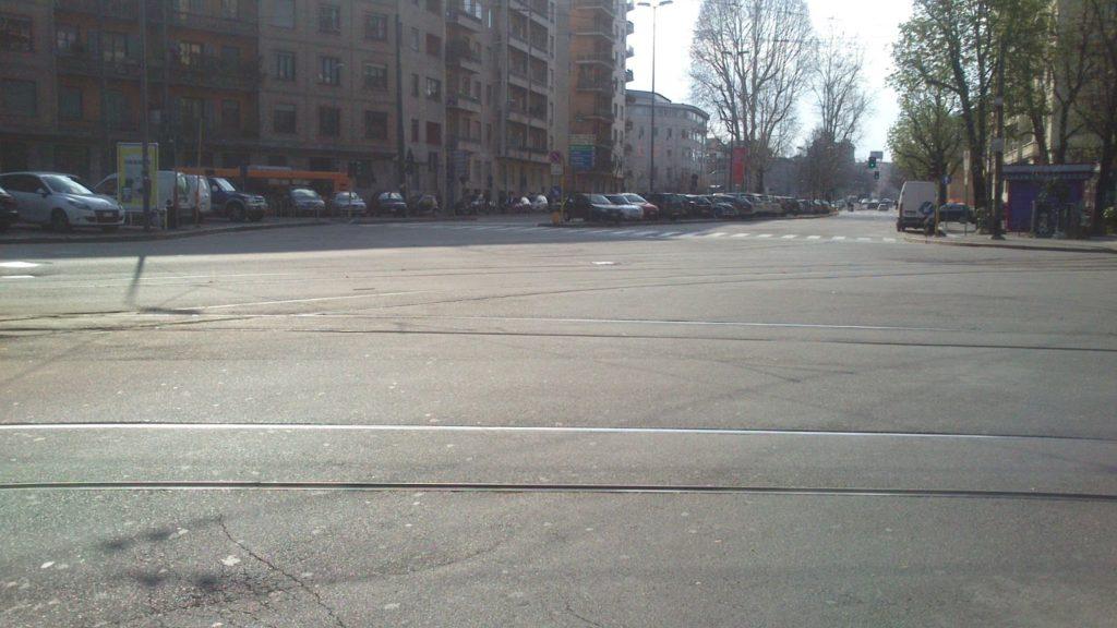 Binari del tram nell'incrocio privo di precise direttrici
