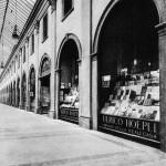 Galleria de Cristoforis, la vetrina della libreria Hoepli, 1930
