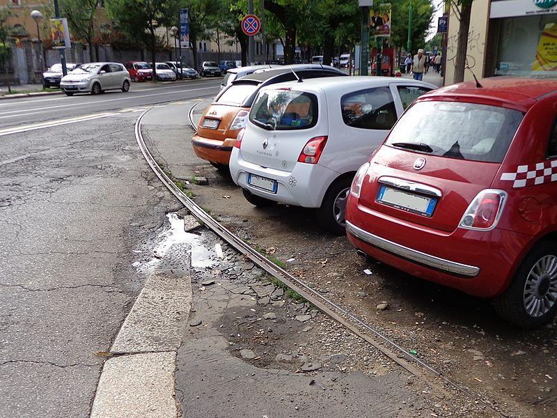 Milano_auto_parcheggio_Battistotti_Sassi.JPG