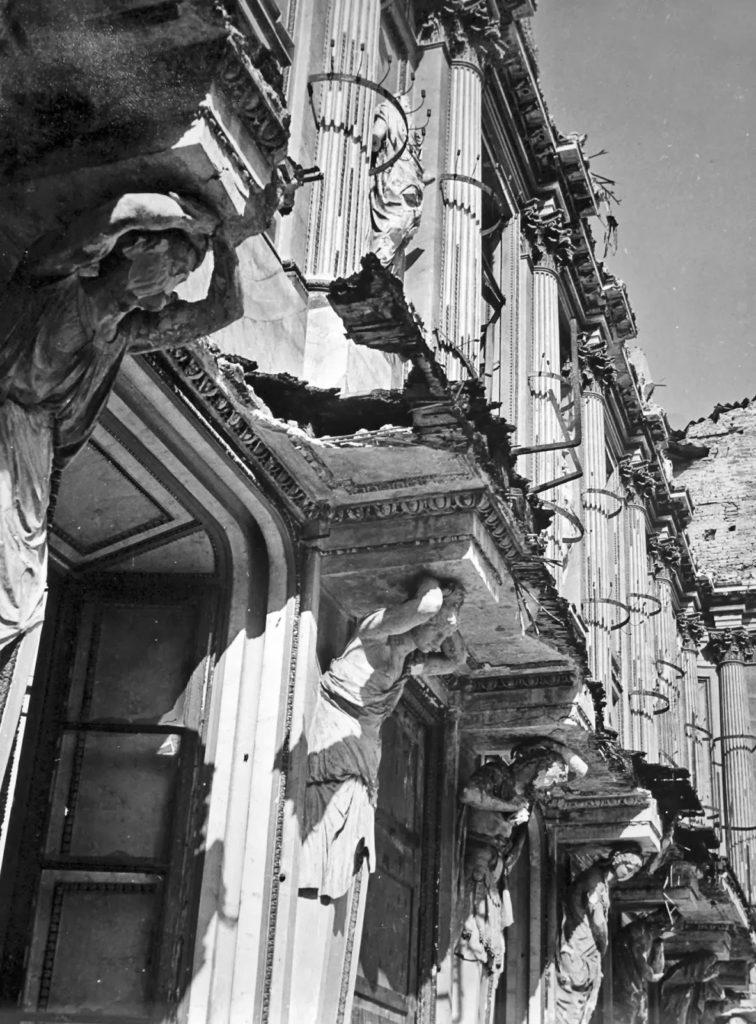 Lo stato del Salone delle Cariatidi dopo i bombardamenti del 1943.  Si possono osservare come le sculture e stucchi non erano molto rovinati