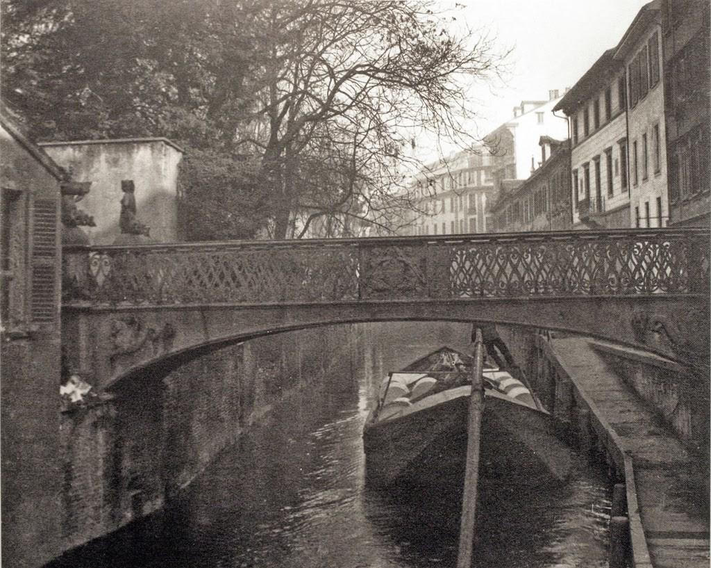 Barcone coi rotoli di carta (forse del Corriere della Sera) transita sotto il ponte delle Sirenette