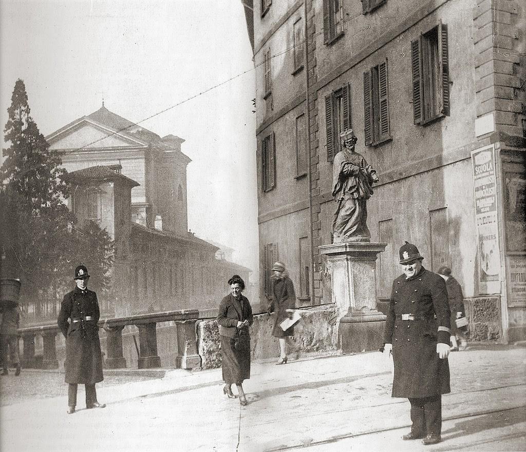 Corso di Porta Romana, il Ponte sul naviglio e il Ponte sul naviglio con la statua di san Giovanni Nepomuceno e sullo sfondo la chiesa di Santa Sofia
