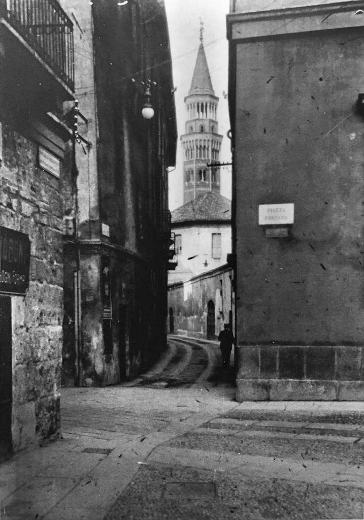 Resti della torre del Verzaro all'imbocco di via San Clemente e delle Ore in piazza Fontana 1900 Circa