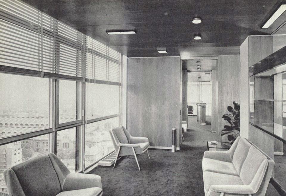 Torre GalFa, piano direzionale, salotto di passaggio con pareti e soffitto in noce e pavimenti in moquette marrone