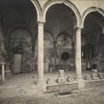 Corso Magenta Casa Atellani 1925 Cortile Nobile Portaluppi Portico con reperti