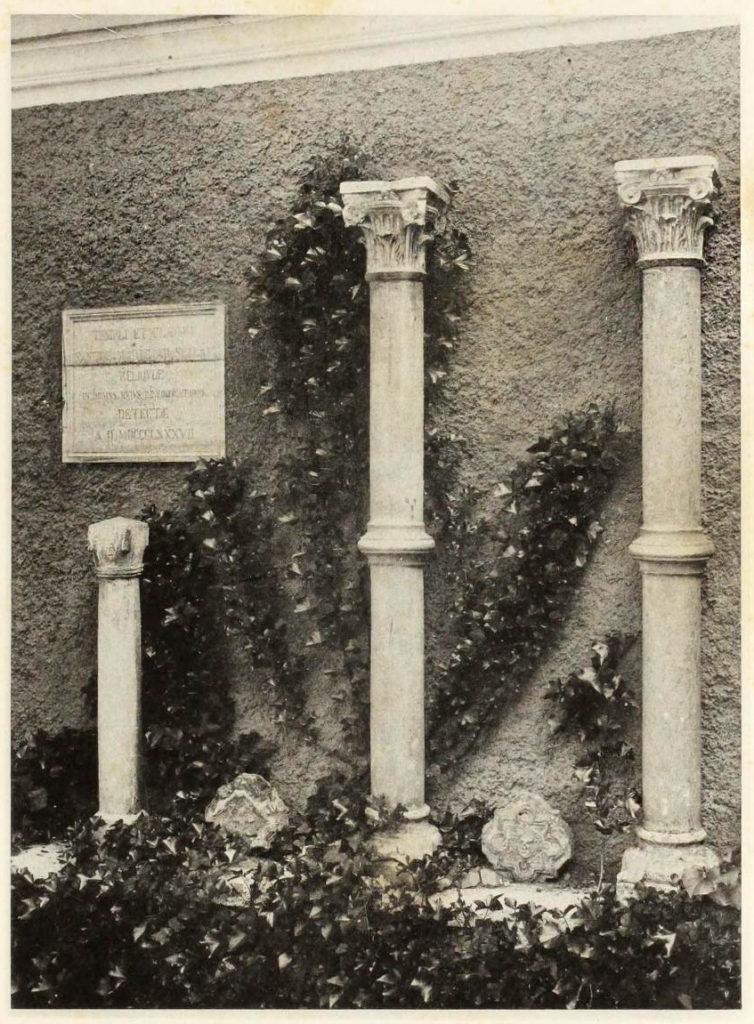 Avanzi della chiesa e del chiostro di Santa Maria alla Scala nel cortile di Palazzo Gnecchi 1920 - oggi Piazzetta Enrico Cuccia, 1