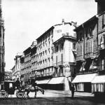 1880 Corsia del Duomo a fine 800 (la Galleria è già al suo posto). Sulla destra il Caffè Baj accanto al bazar dei fratelli Bocconi (futura Rinascente)