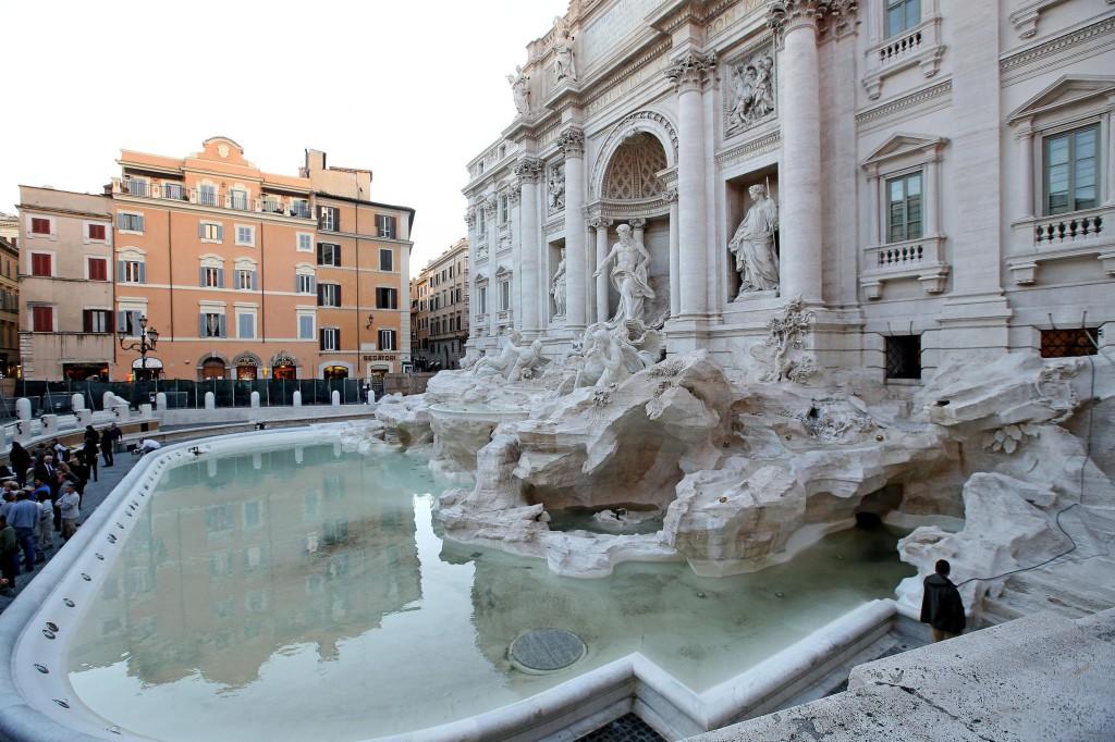 Fontana di Trevi nuovamente riempita con l'acqua per una prova tecnica in vista dell'inaugurazione di martedi 3 novembre, Roma, 29 ottobre 2015. ANSA/ALESSANDRO DI MEO