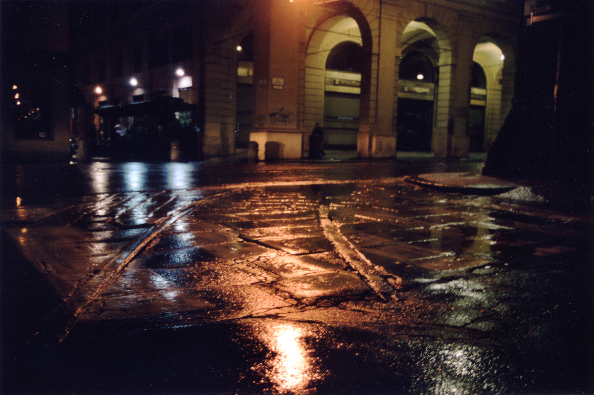 [Le rotaie della rete tramviaria di Bologna, visibili fino a pochi mesi fa in via Venezian.] [ehiuomo/flickr]