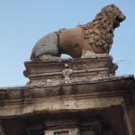 0_San_Babila_Colonna_Leone_2012-10