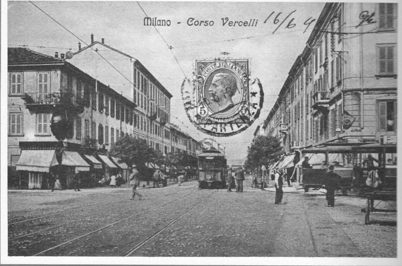 Si vede in fondo il ponte della ferrovia. 5 tram fermi di cui tre accodati in corso Vercelli. E' successo qualcosa...