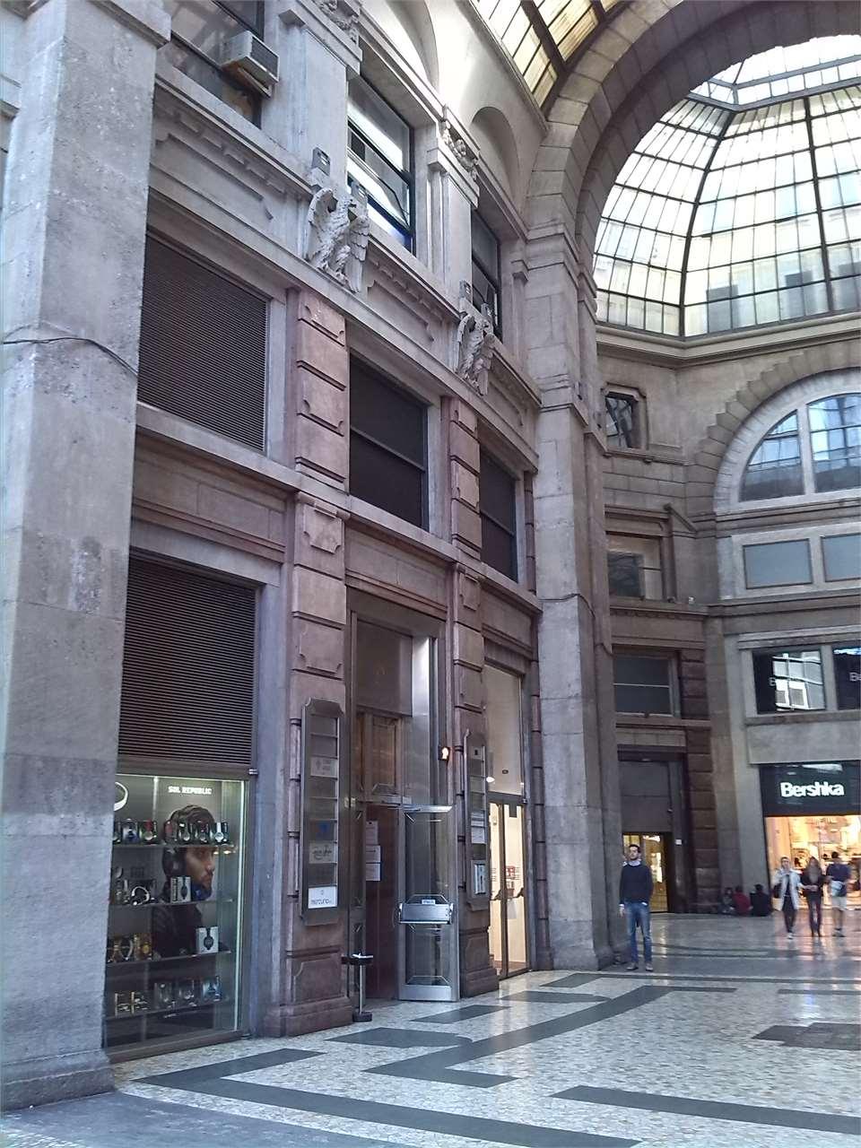 Milano pasquirolo la galleria del corso decadente for Corso stilista milano