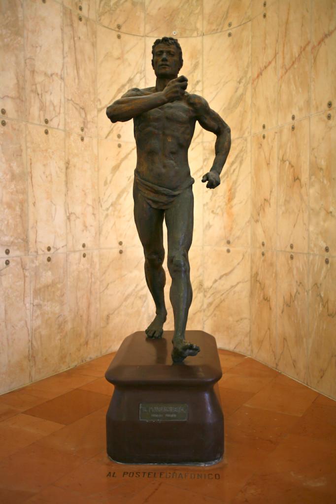 Tullio_Figini_Il_maratoneta_dedica_Al_postelegrafonico_Palazzo_delle_Poste_Milano