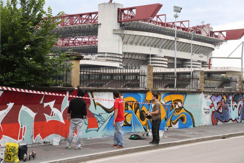 Milano san siro 100 writers per un kmdi murales - Cosa si puo portare allo stadio san siro ...