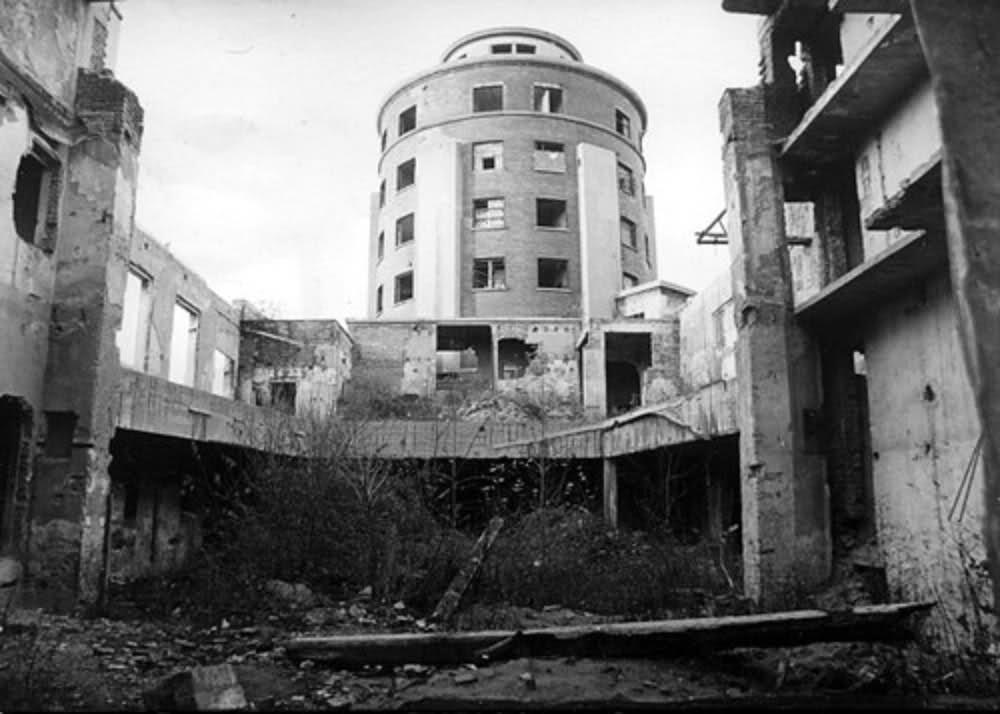 La torre delle Milizie dopo la guerra, il salone per le adunate in rovina