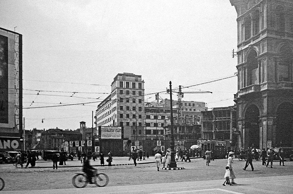 Piazza Duomo verso Piazza Diaz, poco prima della costruzione dell'Arengario 1936
