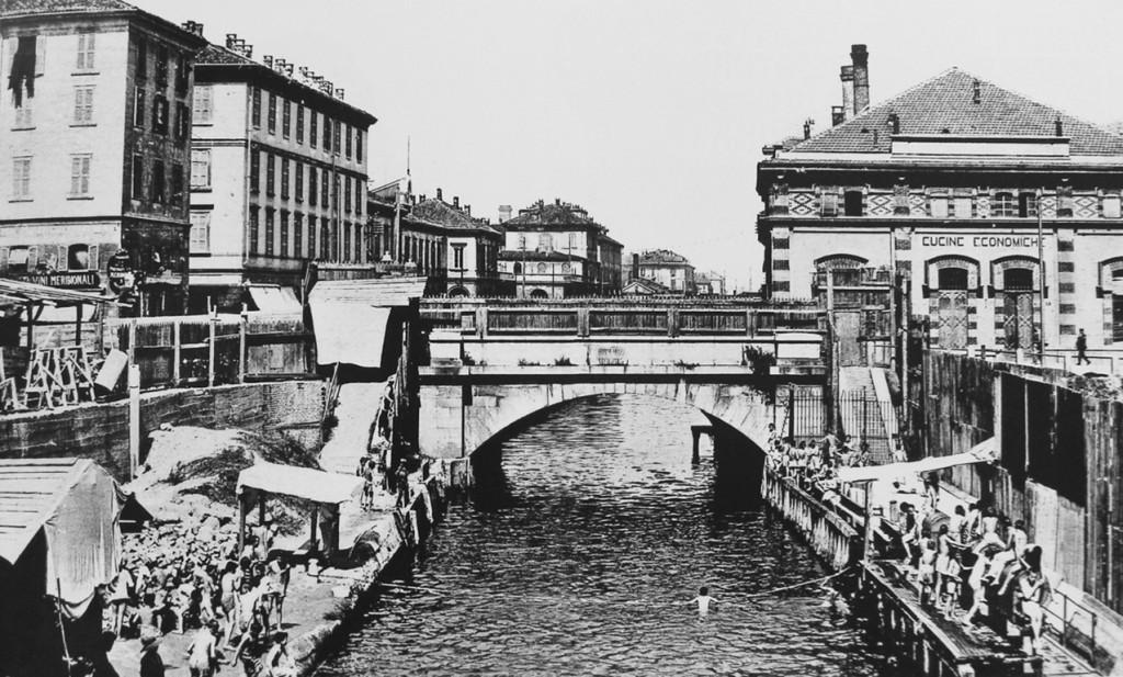 Via Melchiorre Gioia, il Naviglio Martesana con bagnanti e a destra le Cucine Economiche realizzate nel 1883