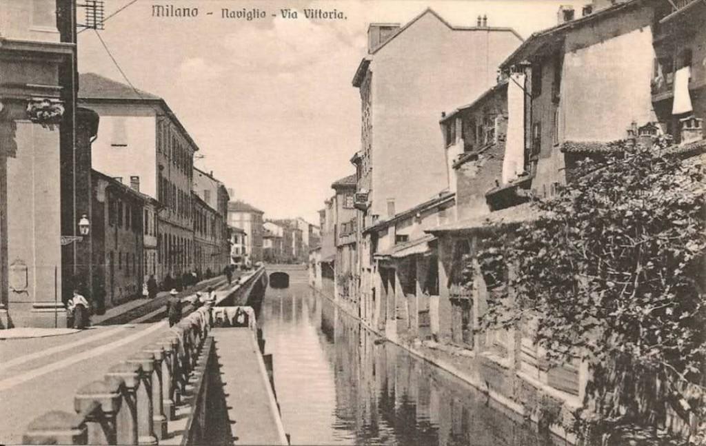 Via De Amicis, quando si chiamava via della Vittoria, a destra una delle sciostre, 1900-1905