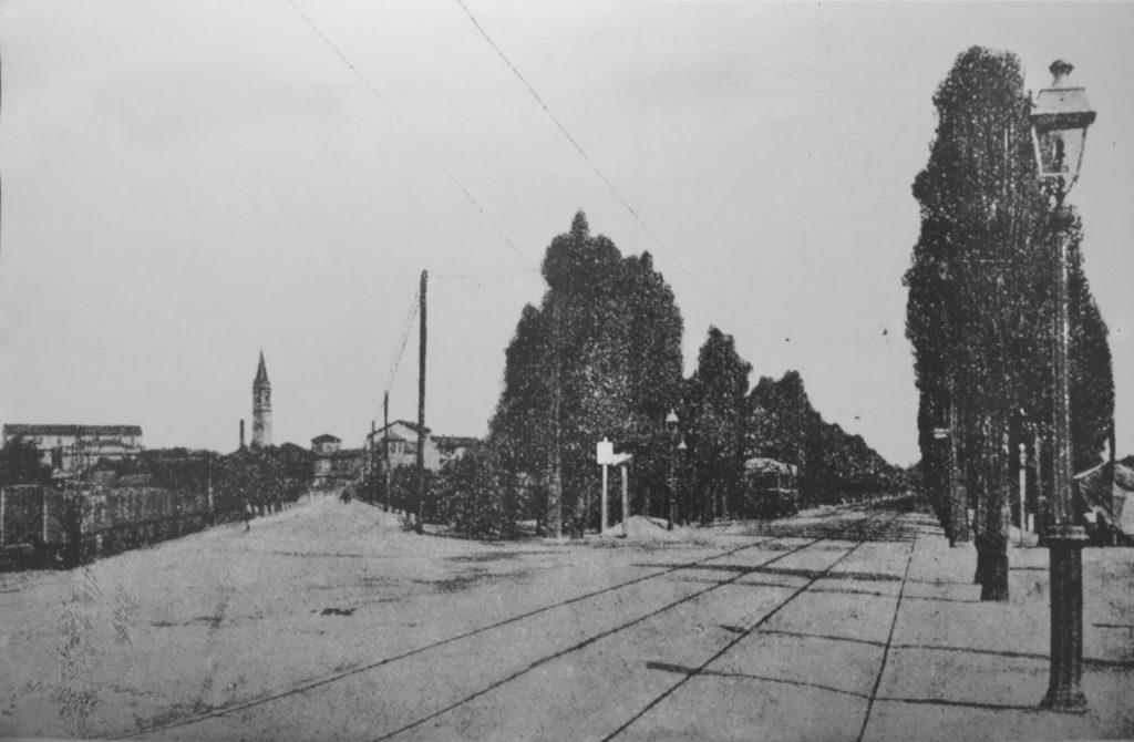 cagnola-veduta-da-piazzale-del-bersaglio-oggi-accursio-di-via-pietro-gassendi-a-sinistra-e-a-destra-viale-certosa-il-campanile-e-della-chiesa-del-sacro-cuore-di-gesu-1910-15