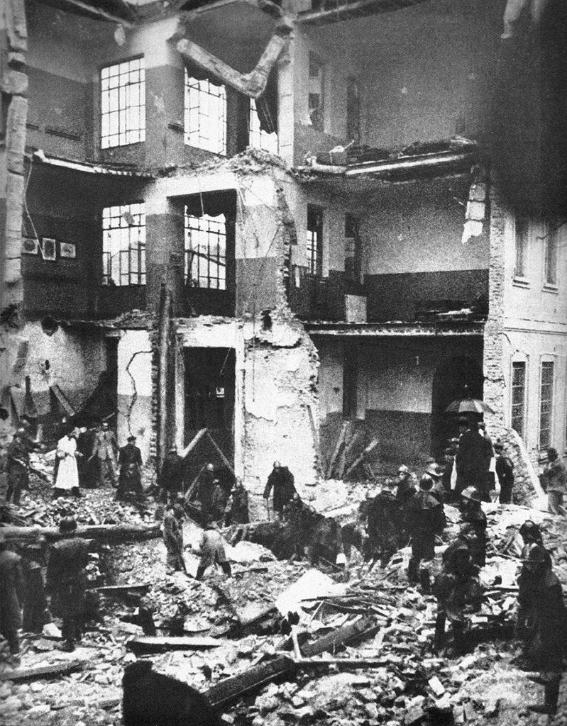 ottobre_1944_la_scuola_elementare_di_gorla_dopo_bombardamento_alleato_i_soccorsi