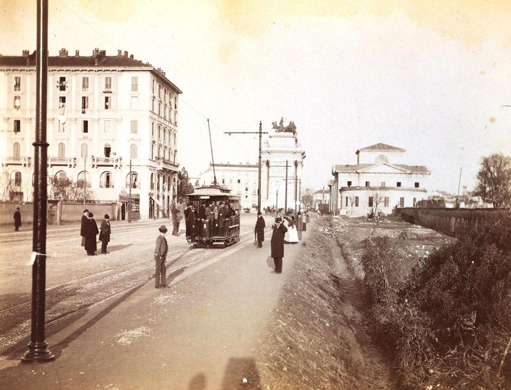2 novembre 1893 - primo viaggio tram elettrico in passaggio in via Pagano verso piazza Sempione e l'Arco della Pace