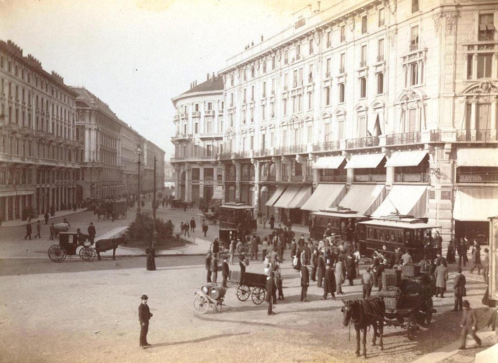 2 novembre 1893 - primo viaggio tram elettrico in passaggio da piazza Cordusio