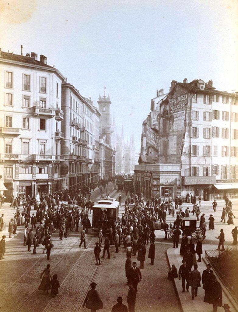 2 novembre 1893 - primo viaggio tram elettrico in passaggio da piazza Cordusio ancora in costruzione