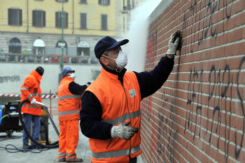 Cancellazione scritte cubitali in Darsena - Milano, 3 novembre 2016