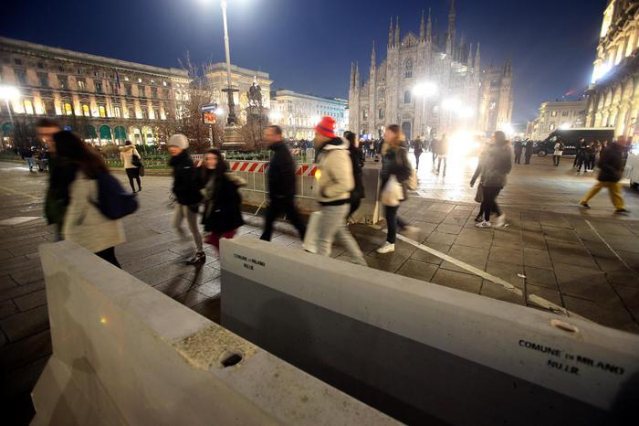 Posizionate in zona piazza Duomo a Milano le prime barriere per impedire l'accesso alla piazza e ai mercatini di eventuali mezzi di trasporto utilizzabili per atti di terrorismo, 21 dicembre 2016.  ANSA / MATTEO BAZZI