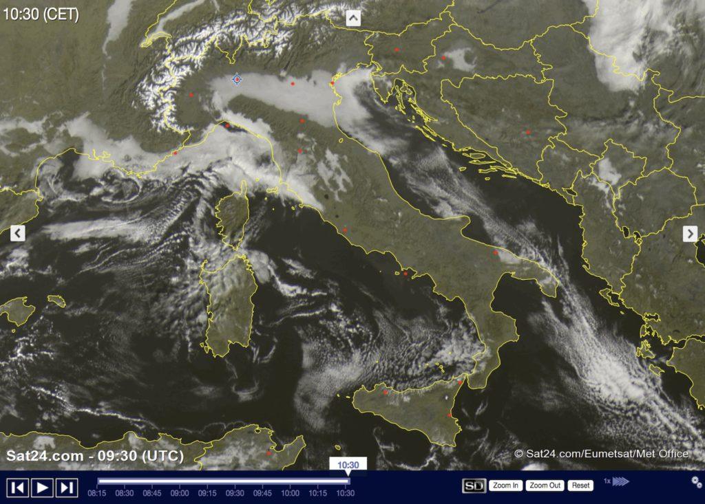 Immagine satellitare di oggi che mostra il ristagno dell'aria in questi giorni con le nebbie che dominano parte della Pianura Padana fino all'Adriatico e qualche nebbia anche in Toscana e Umbria