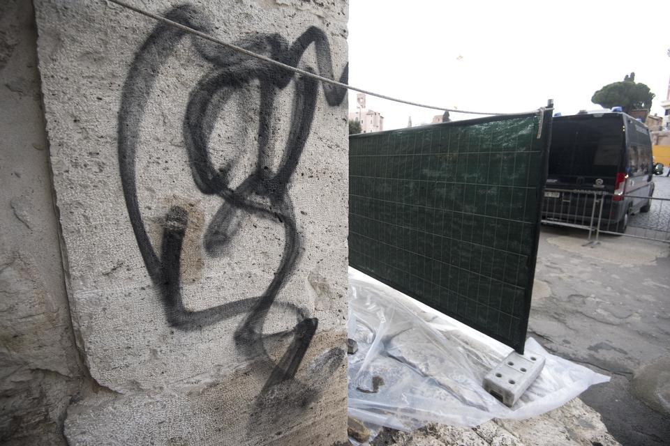 La scritta con una bomboletta spray su una colonna del Colosseo, Roma, 16 gennaio 2017. ANSA/ CLAUDIO PERI