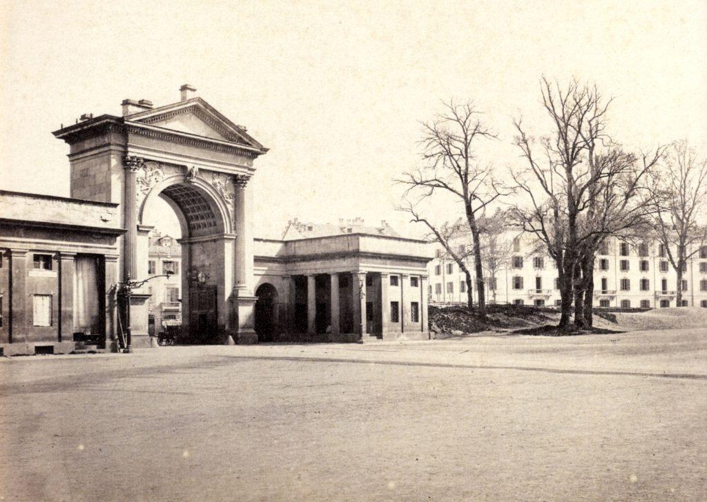 1885-90, l'arco di Porta Nuova in una piazza Priccipessa Clotilde