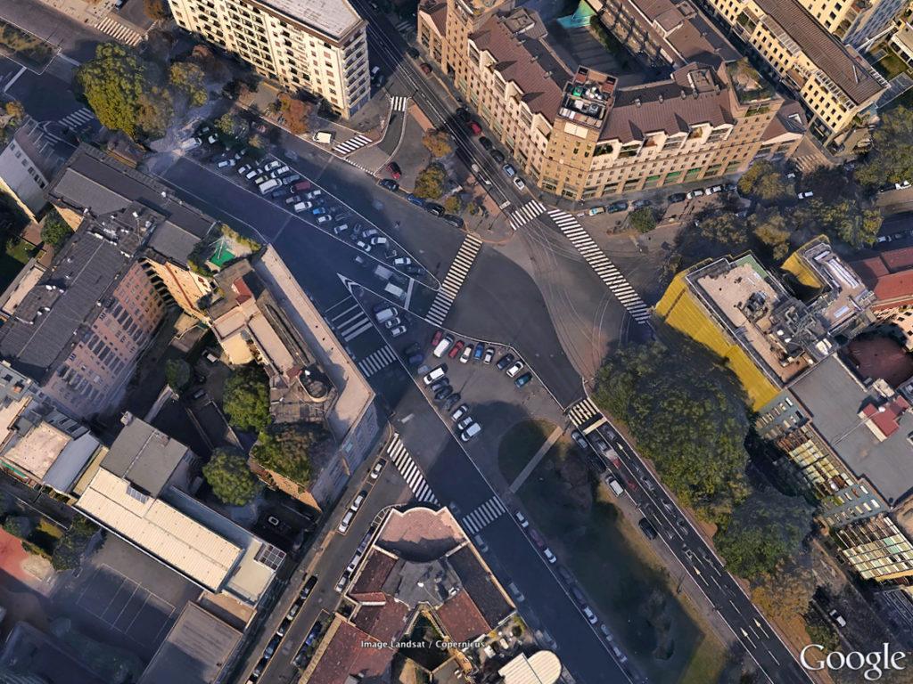 L'area di Viale Monte Santo in lavorazione con il caos di auto parcheggiate al centro