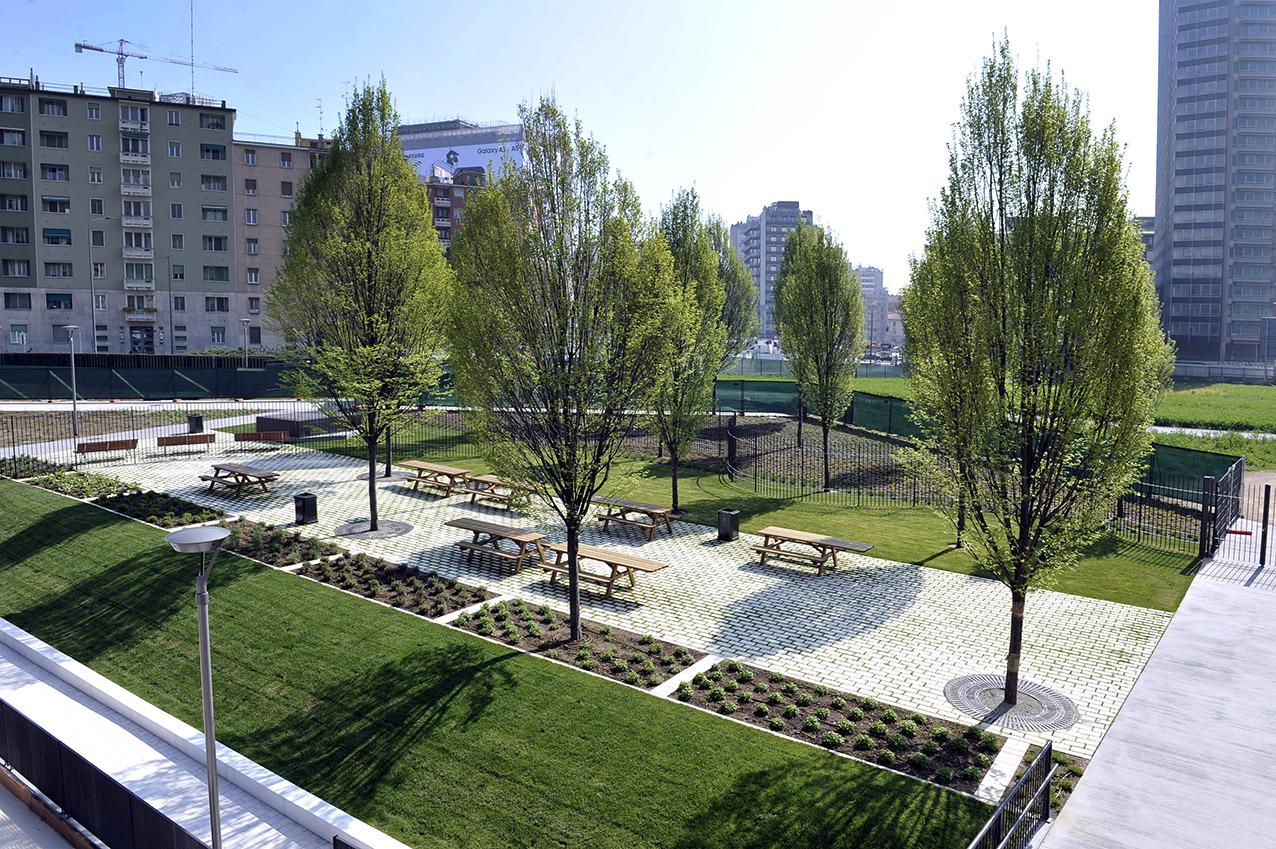 Milano porta nuova biblioteca degli alberi inaugurato for Via giardini milano