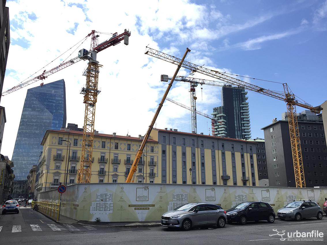 Milano centro direzionale montata anche la seconda gru for Via giardini milano