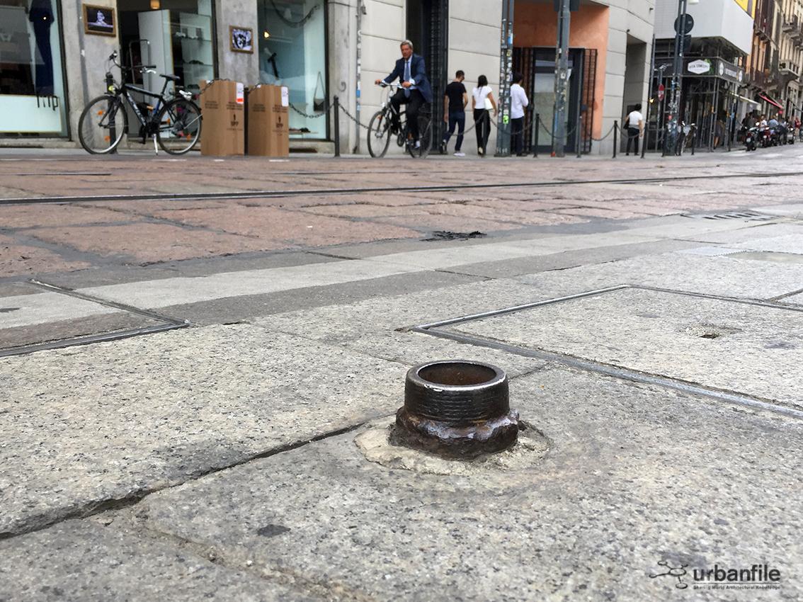 Milano arredo urbano quegli spuntoni un po 39 pericolosi for Un arredo urbano