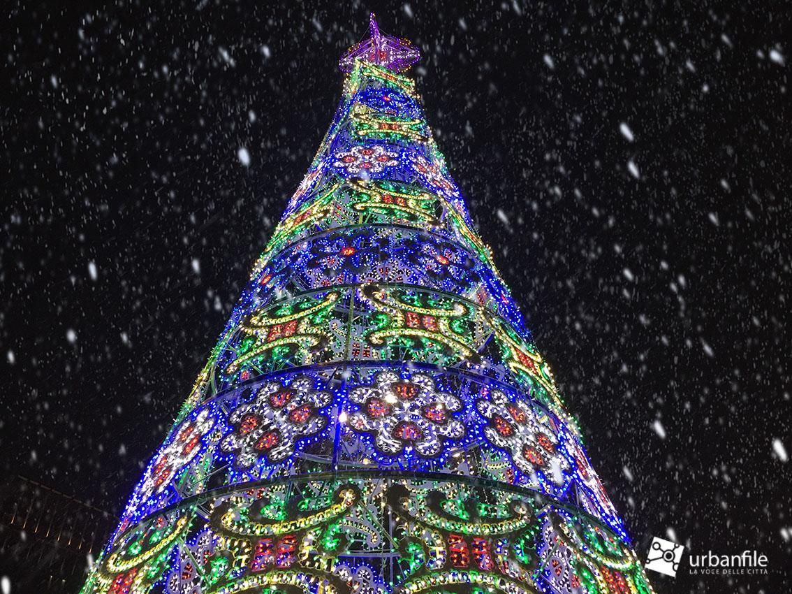 Milano natale 2017 l 39 albero natalizio pi bello for Noleggio di cabine di istrice