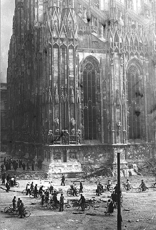 Duomo di Milano dopo i bombardamenti del 1943