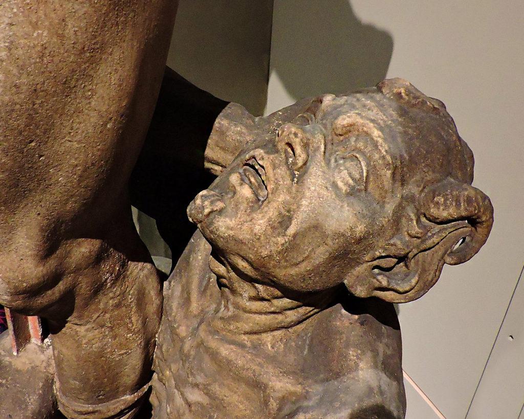 Milano Urbanfile - Duomo - La statua di Giobbe e il demone lato destro della cattedrale oggi nel museo del Duomo scultura colpita dalle bombe del 1943 particolare